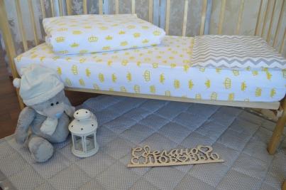 Простынь на резинке для новорожденных Короны Жёлтые